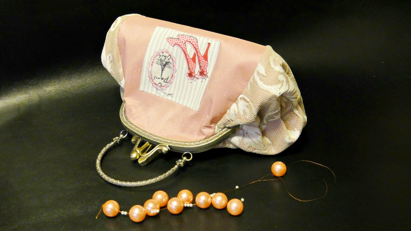 женская косметичка из розового атласа, декорирована кружевом
