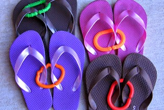 Organize flip flops with toddler rings :: OrganizingMadeFun.com