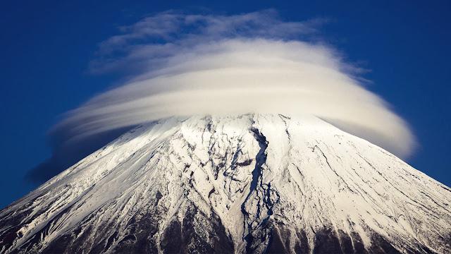 Circular cloud around top of Mount Fuji, Japan (© Akihiro Shibata/Solent News/Rex Features)