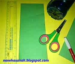 siapkan kertas dan ornamen penghias lainnya