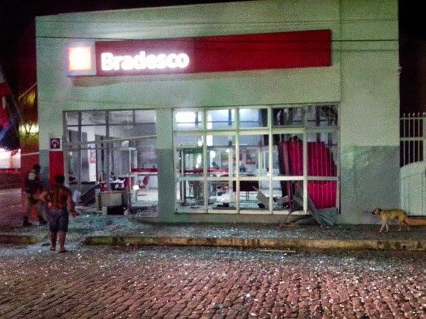 Agência do Bradesco foi violada na madrugada desta quarta-feira (Foto: Sandro Araújo / site São Gonçalo Agora)