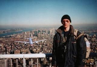 Foto-montagem clássica da internet : Tourist Guy. Um rapaz no mirante do Word Trade Center, e ao fundo é possível ver um avião vindo em sua direção.