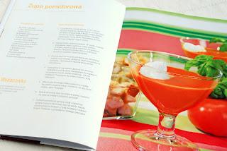 Wnętrze książki, przepis na zupę pomidorową w kieliszku