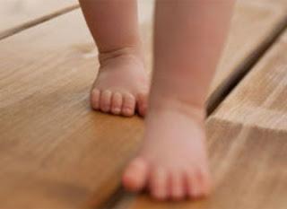bayi belajar jalan