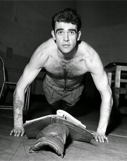 Sean Connery haciendo flexiones mientras lee
