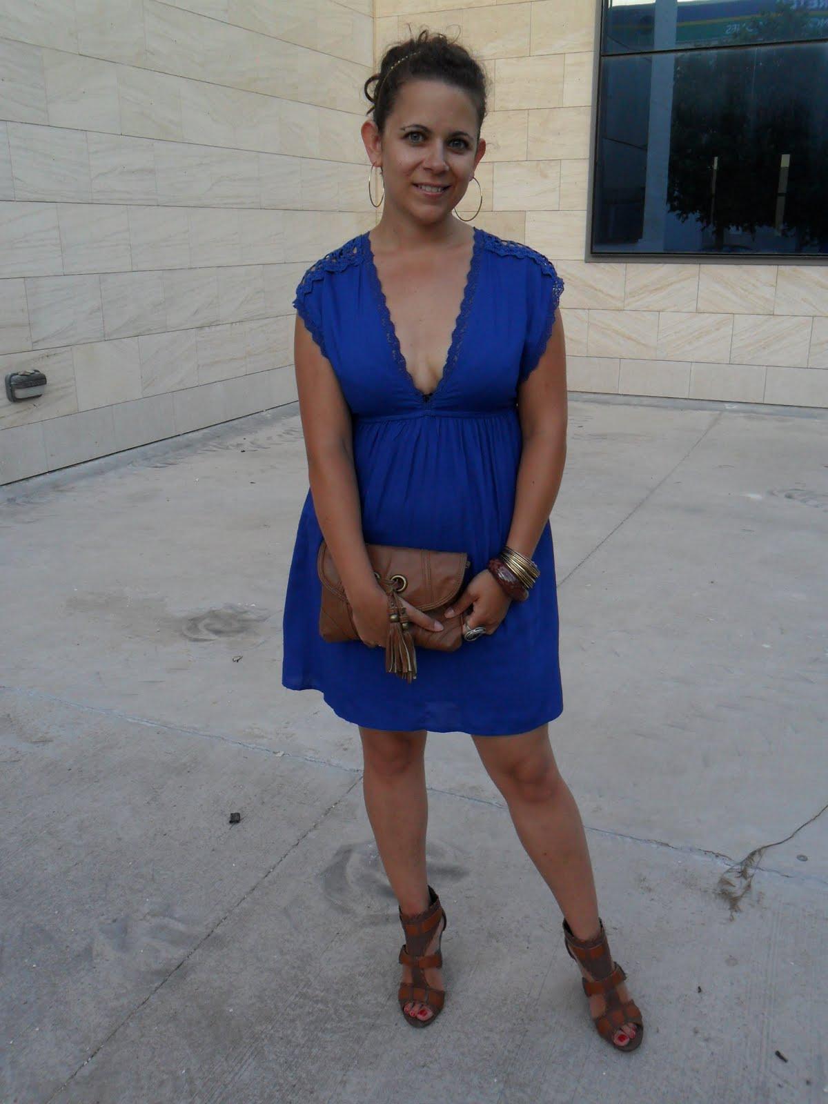 Vestido azul y zapatos cafe