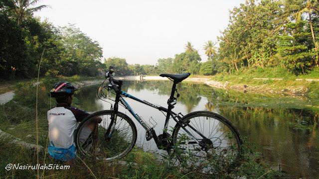 Mengabadikan diri dulu bareng sepeda