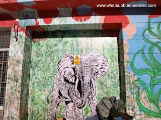 Mural artístico pintado por artista callejero en Buenos Aires
