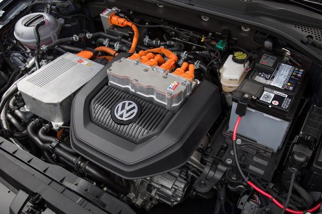 2015 price Volkswagen eGolf Electric car engine view