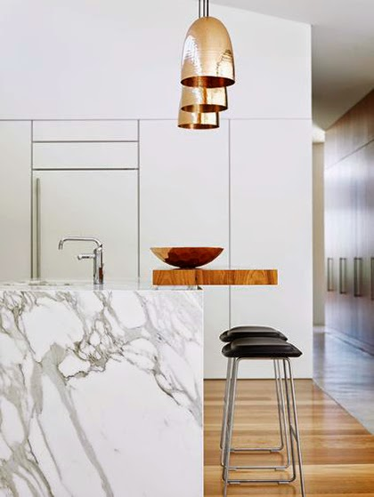 Marble counter, wood, copper and whites - Interior Trend