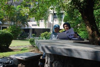 Di Taman FH UGM, Yogyakarta, Marissa Haque & Elis Anis