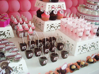 mesa de guloseimas marrom com rosa