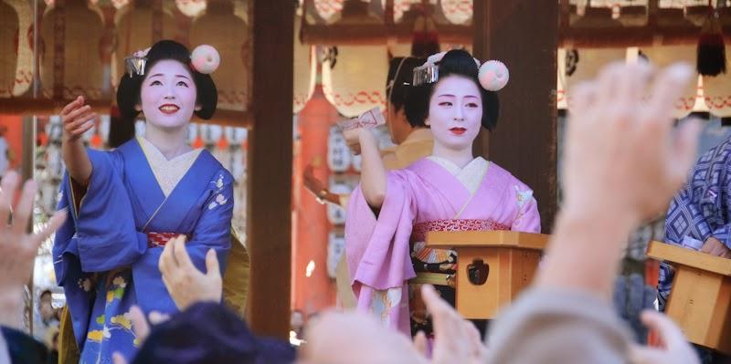 Dos maiko participando en el setsubun