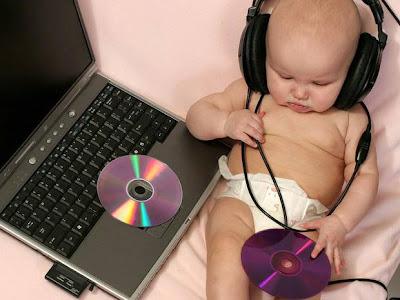 Bebe escuchando música DJ