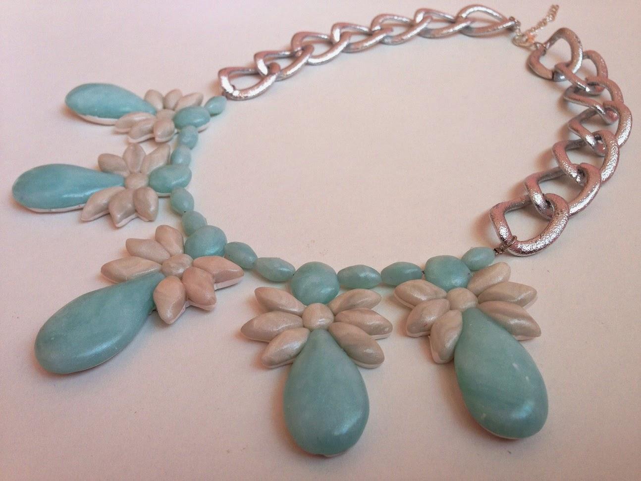 Collar corto motivos florales efecto cuarzo azul