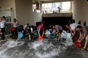 Un grupo de vecinos de la ciudad de Buenos Aires, sacan el agua de un . buenos aires bajo el agua