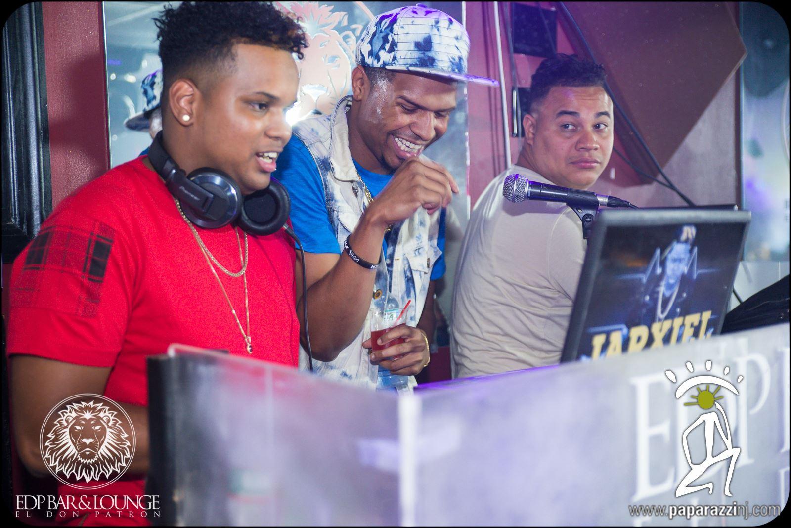 JAXIER  y  ON CUE DJS STAFF  en  EDP BAR Y LOUNGE