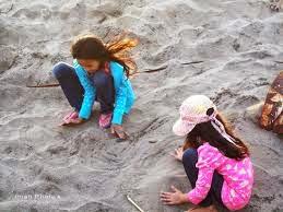 gambar anak asyik bermain pasir