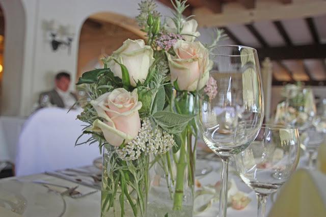 Blütenzauber in Blush & Nude Tönen auf der Hochzeitstafel