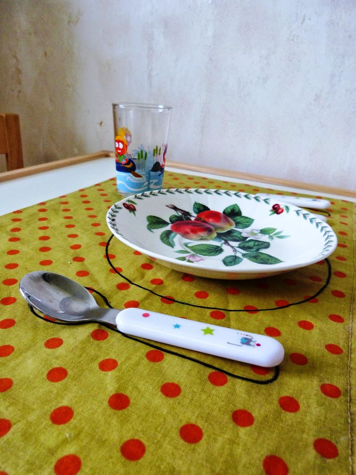 y a comme du montessori au lieu dit de keringar mettre la table. Black Bedroom Furniture Sets. Home Design Ideas