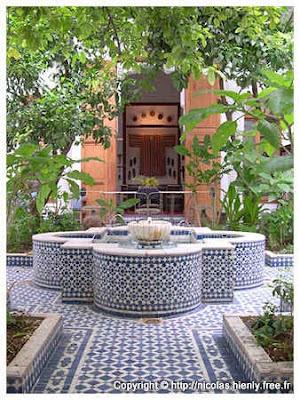 cour marocaine avec fontaine fabuleuse