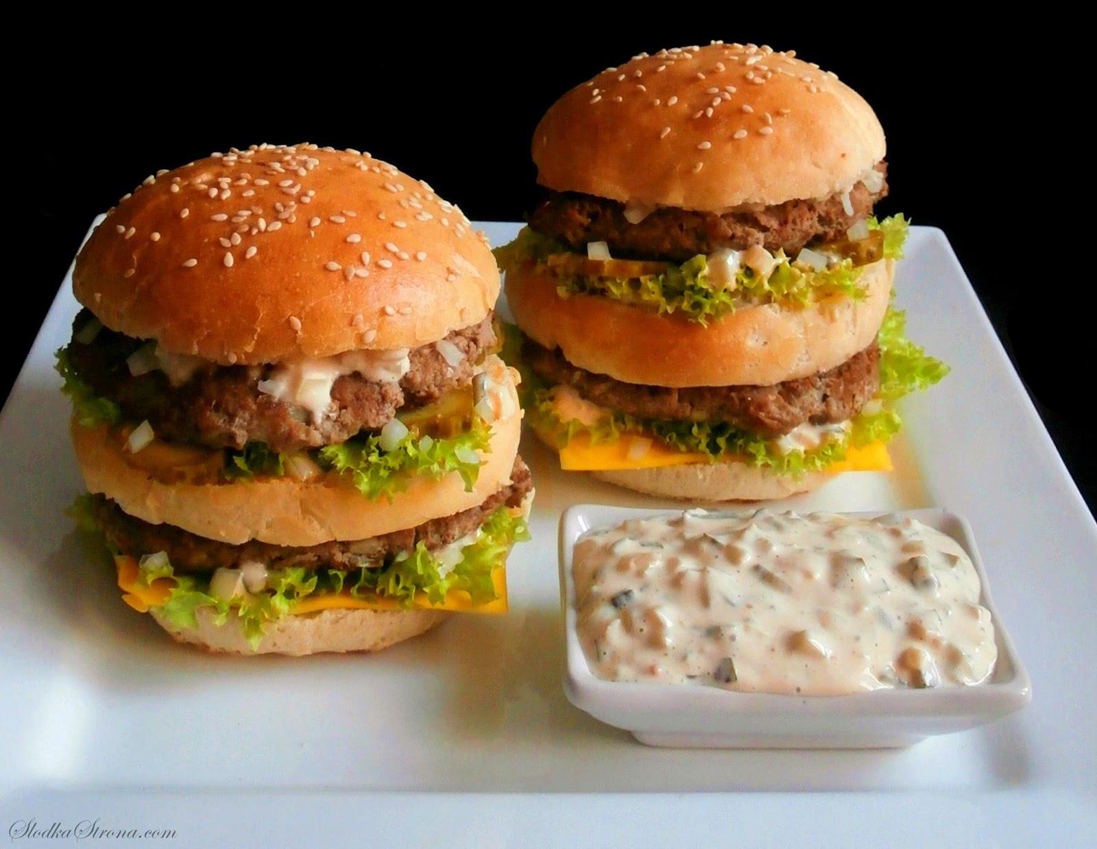 """Domowy Sos do Big Maca - Przepis - Słodka Strona, Big Mac to jedna z najpopularniejszych i najbardziej lubianych kanapek z McDonald's. Wyjątkowego i charakterystycznego smaku Big Maca nadaje mu m.in. """"Sos Big Mac"""", który znajdziemy we wnętrzu hamburgera. Receptura oryginalnego """"królewskiego sosu"""" jest oczywiście tajemnica restauracji, jednak na podstawie smaku oraz składników wyczuwalnych w dipie można przygotować sos bardzo zbliżony do oryginału. Jest on równie smaczny jak ten z McDonald's i przede wszystkim mamy pewność, że wiemy co jemy. sos do big maca, domowy sos do big maca, sos do big maca przepis, domowy sos do big maca przepis, domowy big mac, domowy big mac przepis, jak zrobic sos do big maca, jak zrobic big maca, big mac z mcdonalda, mcdonald, big mac z mcdonalda przepis,"""