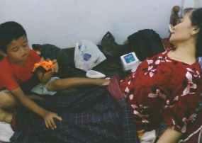 Bocah 5 Tahun Jadi Perawat Ibunya Yang Lumpuh