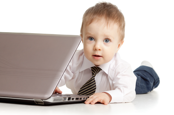 Bebê usando computador