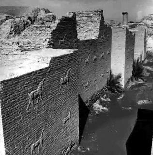 Detalle de una muralla (relieve)