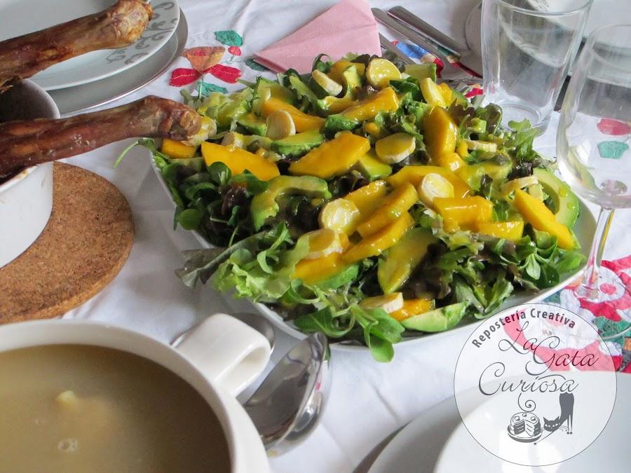 Ensalada de aguacate, mango y queso de cabra