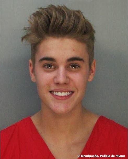 Após ser preso por dirigir bêbado, Justin Bieber sorri, ao tirar foto para arquivo da polícia de Miami.
