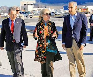 Hillary llega a Los Cabos disfrazada de Beatriz Paredes.