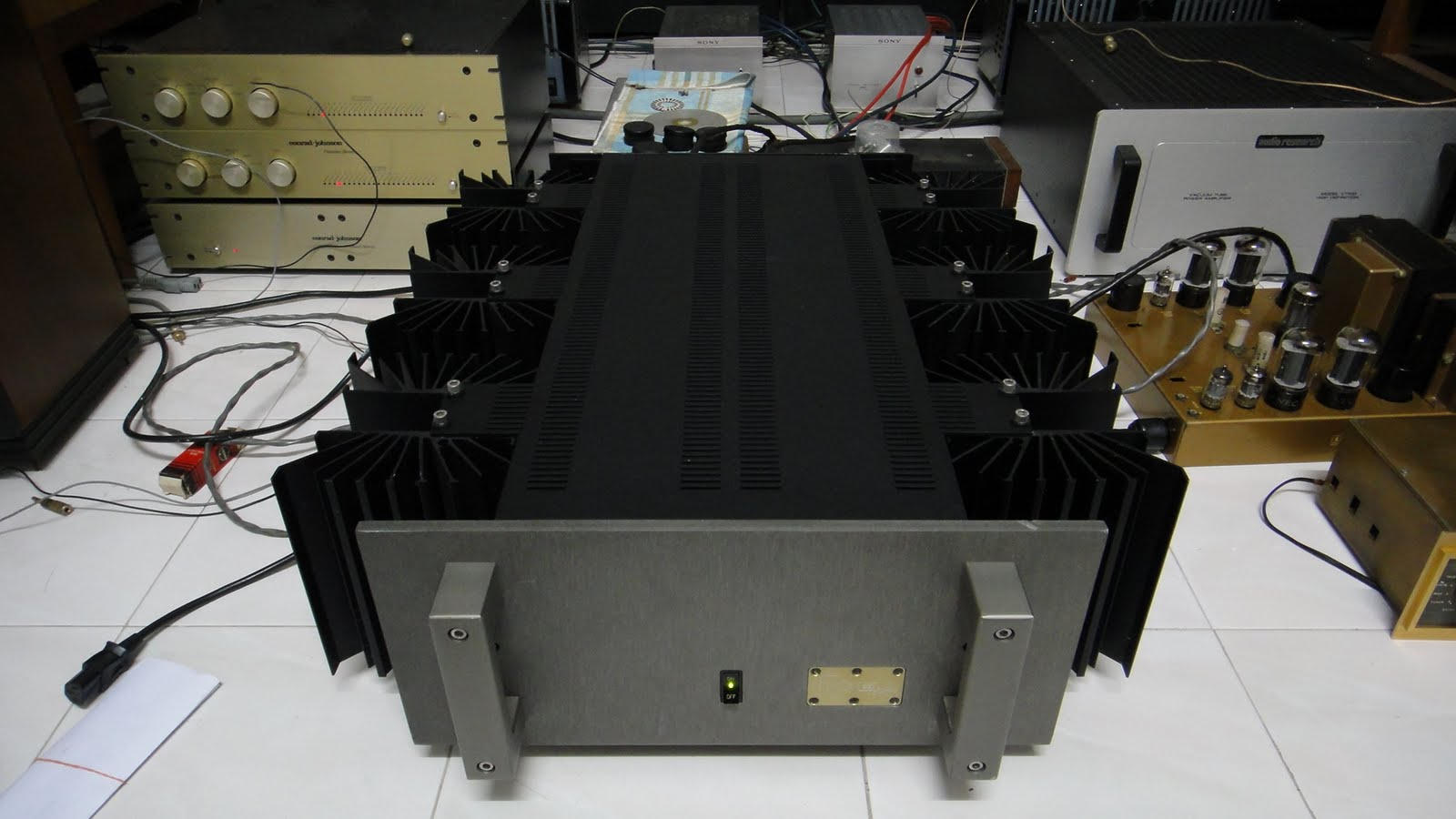 crell amp http://loyhifi.blogspot.com/2011/09/krell-ksa-200b-power-amplifier-used.html