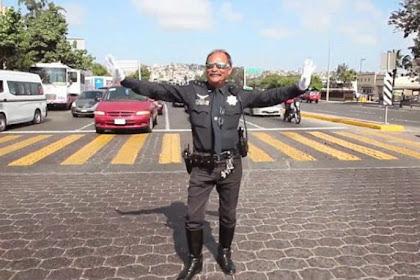 Atur Lalu Lintas, Polisi Ini Menari Ala Michael Jackson