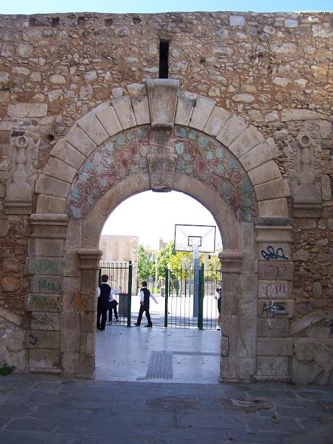 Aziz Francis Kilisesi'ne açılan Venedik dönemi kapı (Porta); Resmo