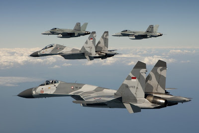 http://1.bp.blogspot.com/-gPb-oGI8dso/UBJsKYisynI/AAAAAAAANN8/77d6PPs3QHI/s1600/Australian+No.77+Squadron+FA-18+Hornet+welcome+Indonesian+Air+Force+%2528TNI-AU%2529+Sukhoi+Su-27+%2526+Su-30+Flanker+into+Darwin+to+participate+in+Exercse+Pitch+Black+2012+%25284%2529.jpg