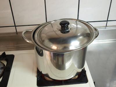 水滾了之後,轉小火,稍微打開一點鍋蓋