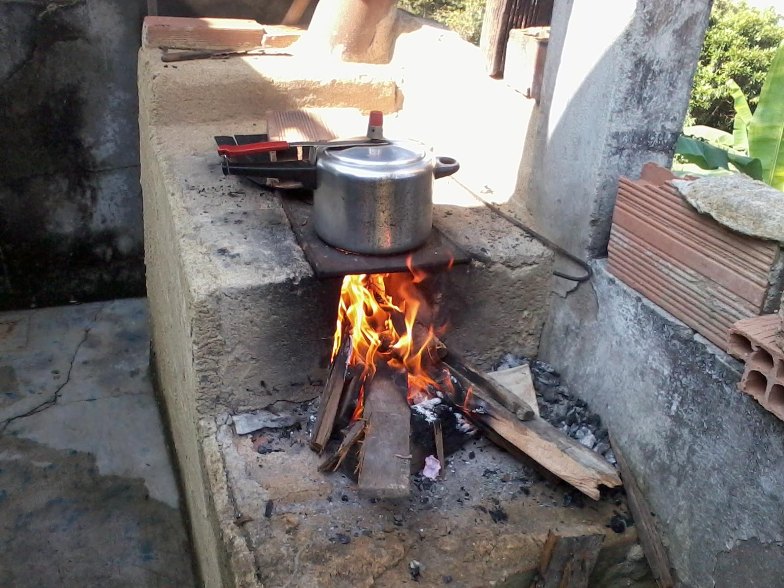 cozinhar no fogão a lenha não é difícil somente deve ficar atento  #907E3C 1600 1200