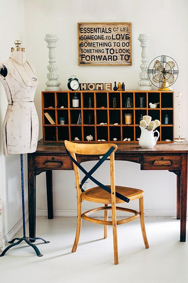wystrój wnętrz, wnętrza, mieszkanie, dom, home, decor, aranżacje,shabby chic, vintage, meble, ratanowy fotel, biurko, manekin