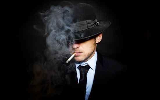 Hombre fumando en los sueños