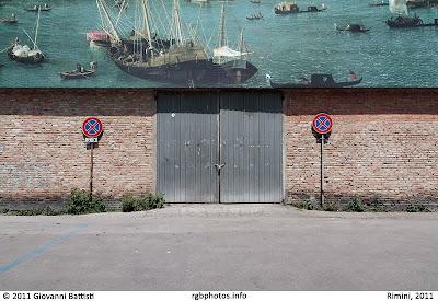 Piazzale con divieto di sosta e portone in lamiera a rimini