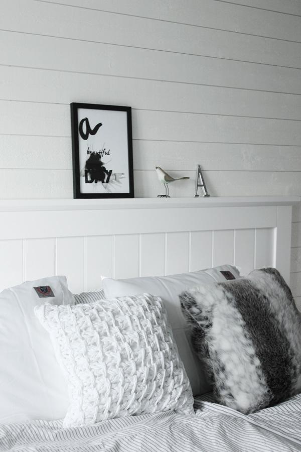 Sovrum i vitt och grått. Eightmood påslakan. print, sprints, artprint, svartvit print, tavla sovrummet, svart och vit tavla, poster, svartvit poster, Kuddar som dekoration i sängen, Vit virkad kudde från Mio. Svart och vit tavla med text på väggen i sovrummet. Inredning sovrum i vitt och grått. Inspiration sovrum. Sänggavel av vita brädor från Sova. Kontinentalsäng Tempur från SOVA. Liggande vit panel på väggen, huvudgavel av vitt trä, virkad kudde,