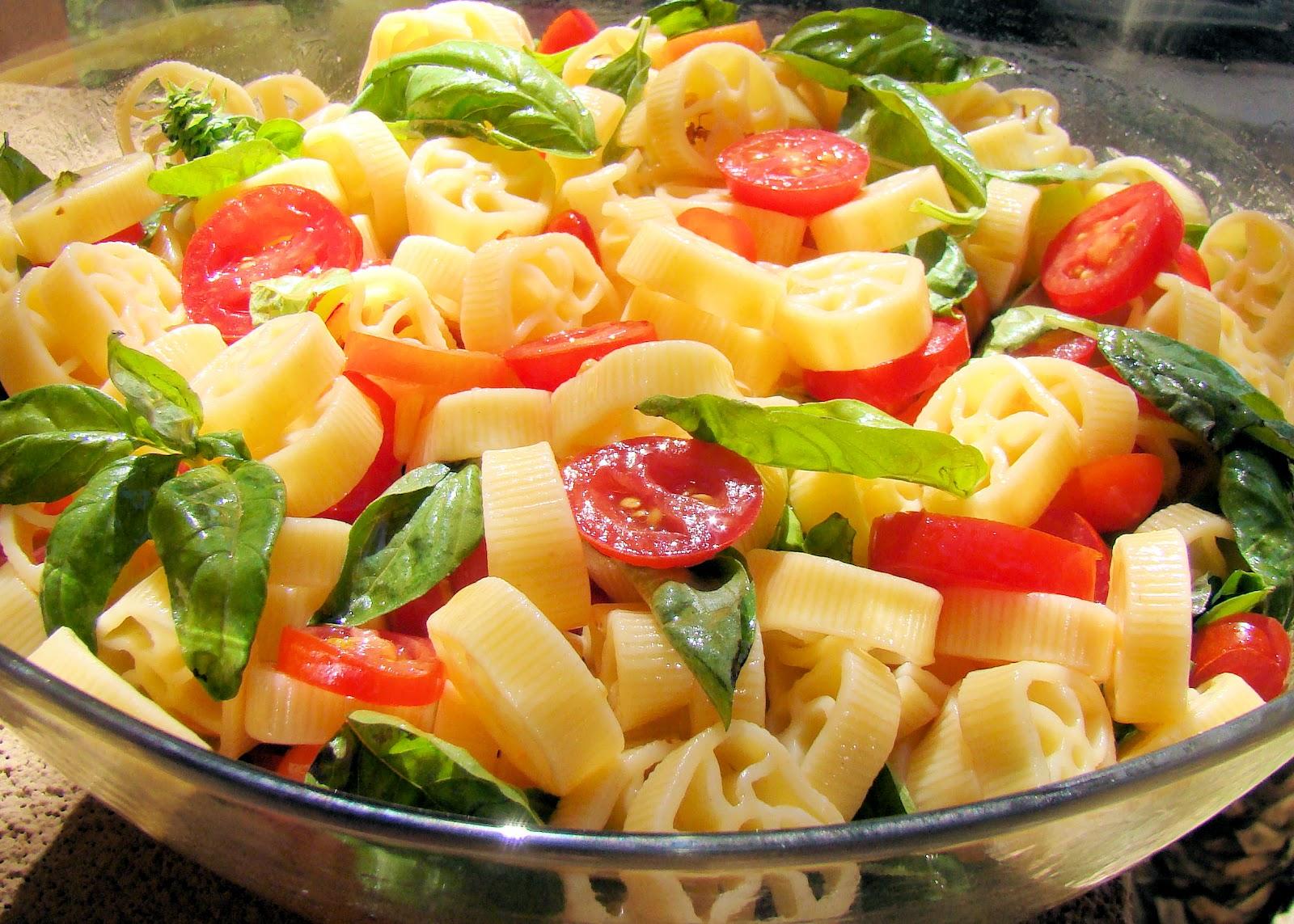 Savoir faire ensalada de pasta con tomates cereza y albahaca - Ensalada fresca de pasta ...