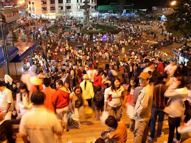 Exterior del mercado de Dalat de noche