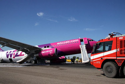 Wizz Air A320 crash landing wheel gear rome