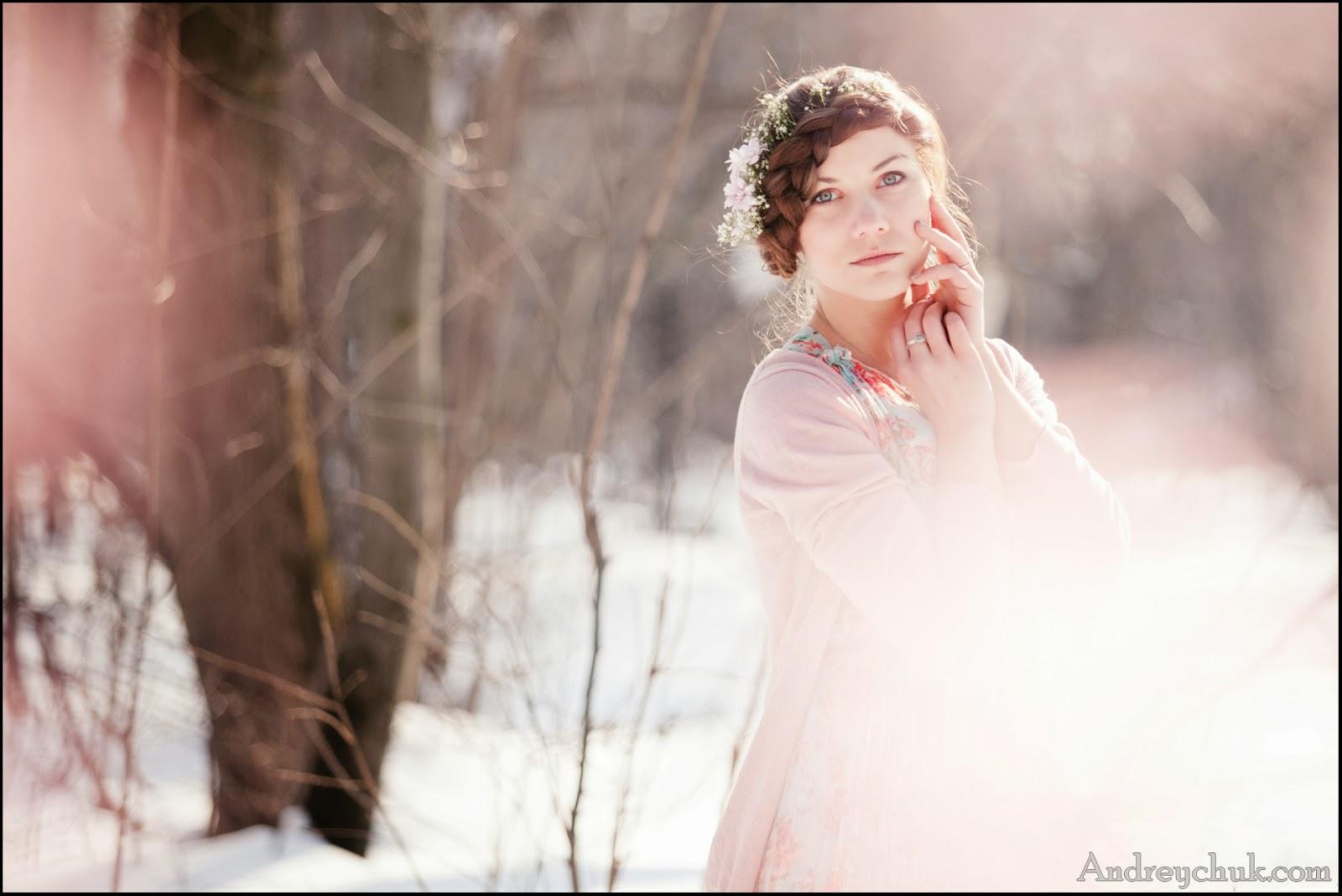 весеннее фото молодой девушки в снежном лесу, лиричное настроение