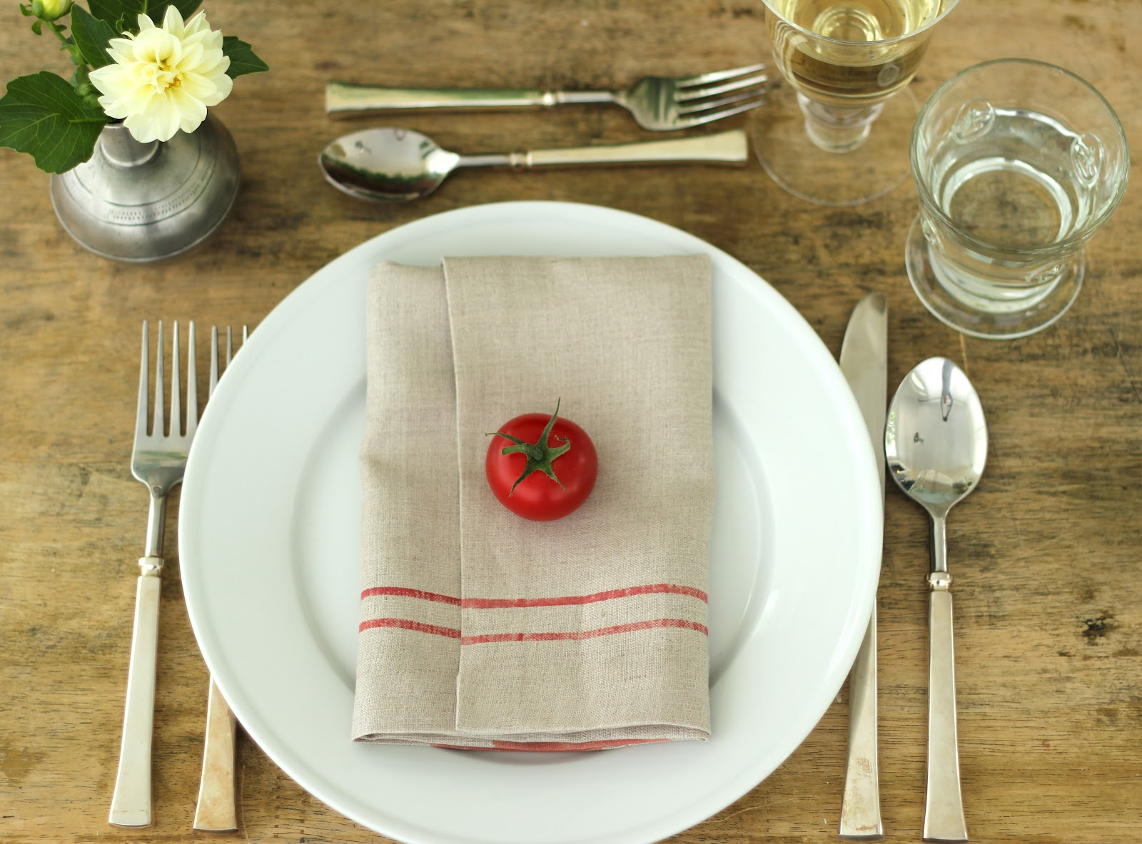 Jenny steffens hobick summer table setting tomato for Simple table setting