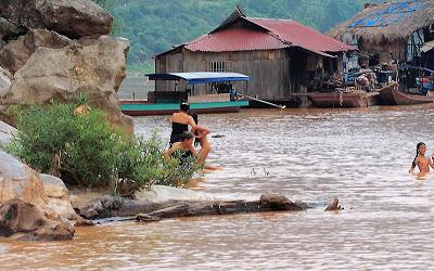 Tắm tiên trên dòng sông Đà