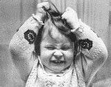 bambina che si tira i capelli