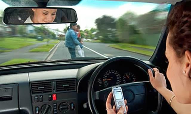 cewek mengetik SMS ketika mengemudi